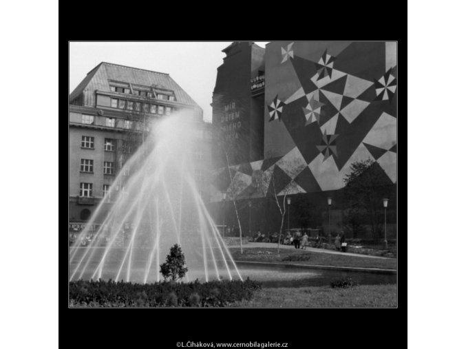 Vodotrysk (774-4), Praha 1960 červenec, černobílý obraz, stará fotografie, prodej