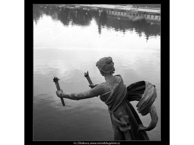Socha na mostě Sv.Čecha (778-1), Praha 1960 červenec, černobílý obraz, stará fotografie, prodej