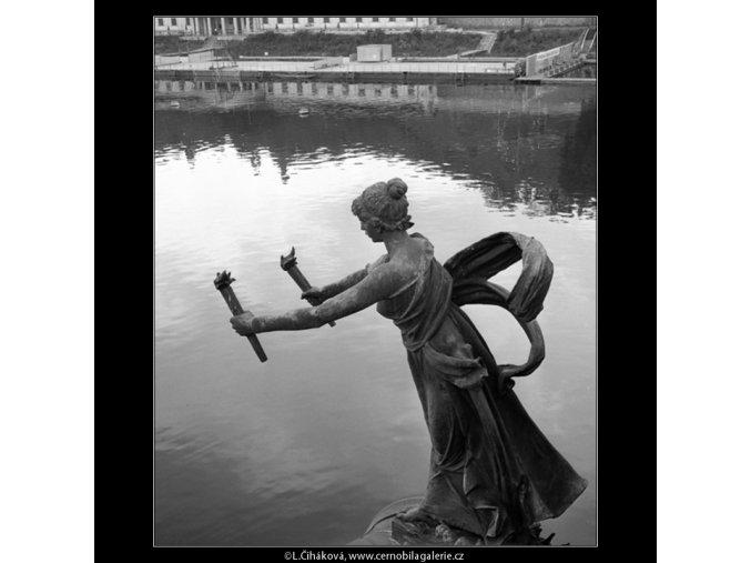 Socha na mostě Sv.Čecha (778-2), Praha 1960 červenec, černobílý obraz, stará fotografie, prodej