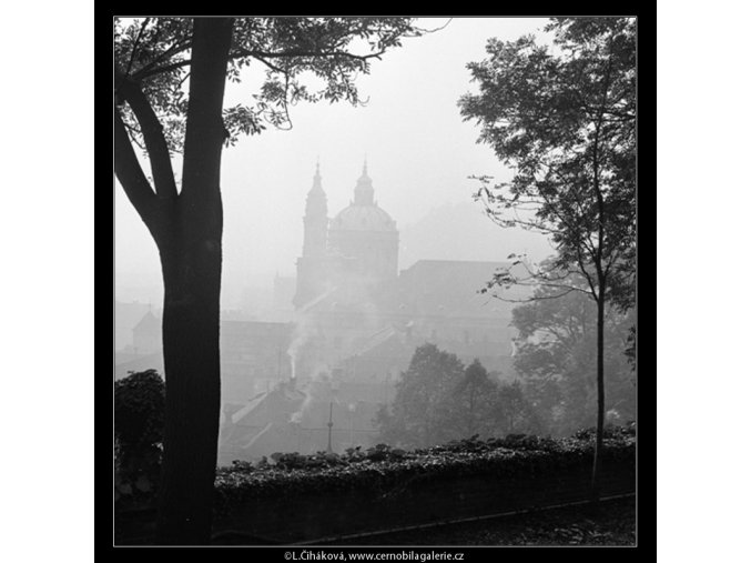 Chrám sv.Mikuláše v mlze (982-3), Praha 1960 podzim, černobílý obraz, stará fotografie, prodej