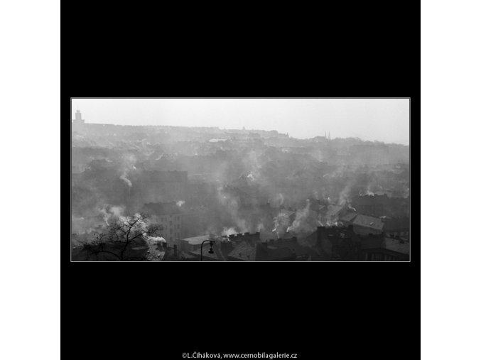 Kouřící střechy v mlze (976), Praha 1960 listopad, černobílý obraz, stará fotografie, prodej