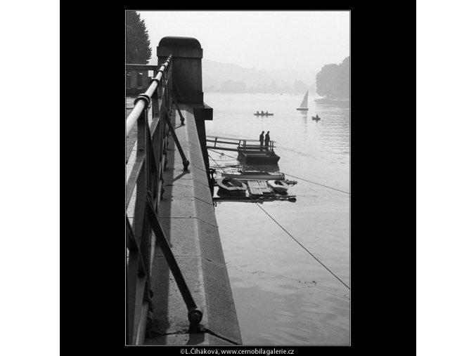 Plachetnice a loďky na Vltavě (895-2), Praha 1960 září, černobílý obraz, stará fotografie, prodej