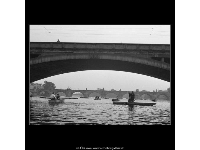 Pohled po vodě (891), Praha 1960 září, černobílý obraz, stará fotografie, prodej