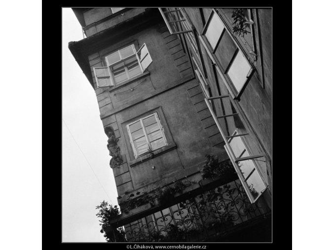 Okna v domě (889), Praha 1960 srpen, černobílý obraz, stará fotografie, prodej