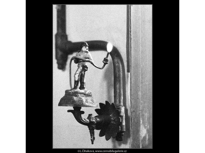 Figurka hasiče s plyn.hořákem (866), Praha 1959 , černobílý obraz, stará fotografie, prodej