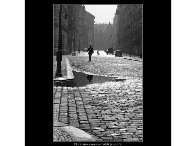 Ulice po dešti (852-2), Praha 1960 , černobílý obraz, stará fotografie, prodej