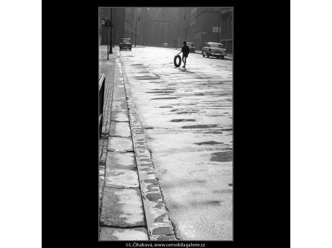 Ulice po dešti (852-1), Praha 1960 , černobílý obraz, stará fotografie, prodej