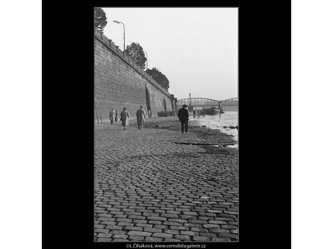 Korzo na náplavce (908-1), žánry - Praha 1960 září, černobílý obraz, stará fotografie, prodej