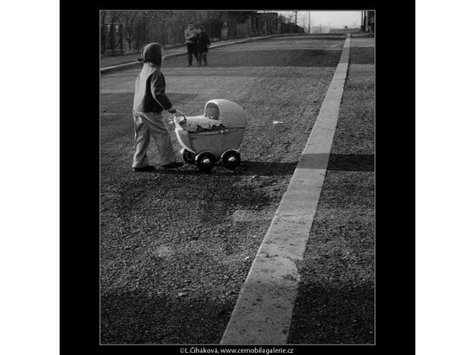 Děvčátko s kočárkem (1018-24), žánry - Praha 1960 prosinec, černobílý obraz, stará fotografie, prodej