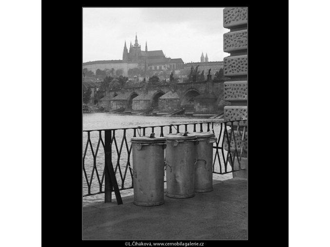 Popelnice vs. Pražský hrad (1134), žánry - Praha 1961 květen, černobílý obraz, stará fotografie, prodej