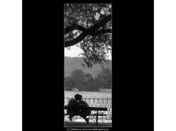 Milenci na lavičce (1255-1), žánry - Praha 1961 , černobílý obraz, stará fotografie, prodej