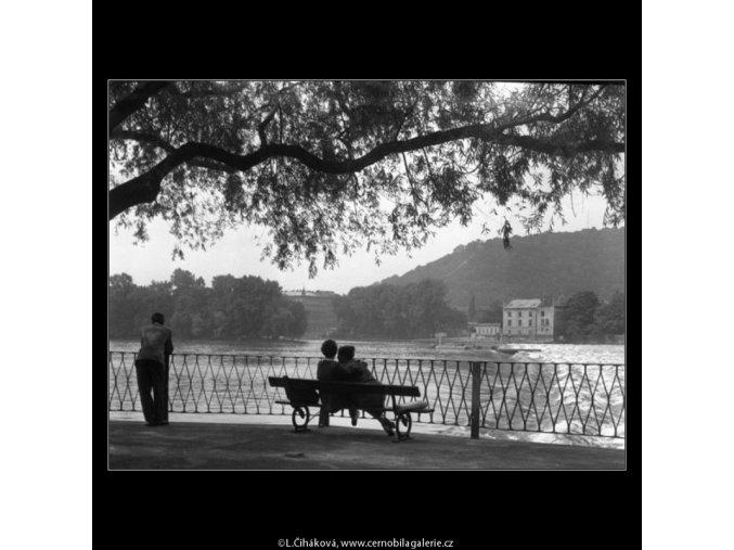 Milenci na lavičce (1255-2), žánry - Praha 1961 , černobílý obraz, stará fotografie, prodej