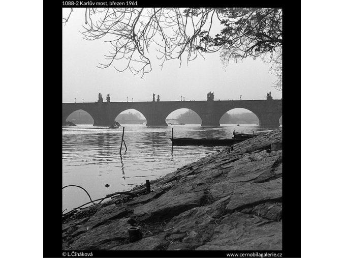 Karlův most (1088-2), Praha 1961 březen, černobílý obraz, stará fotografie, prodej