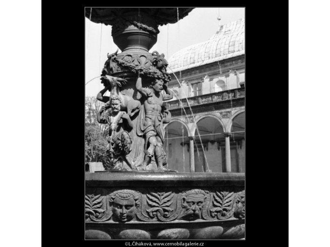 Zpívající kašna (1284-1), Praha 1961 jaro, černobílý obraz, stará fotografie, prodej