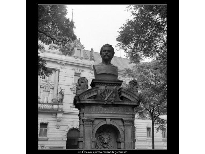 Pomník V.Hálka (1193-2), Praha 1961 srpen, černobílý obraz, stará fotografie, prodej