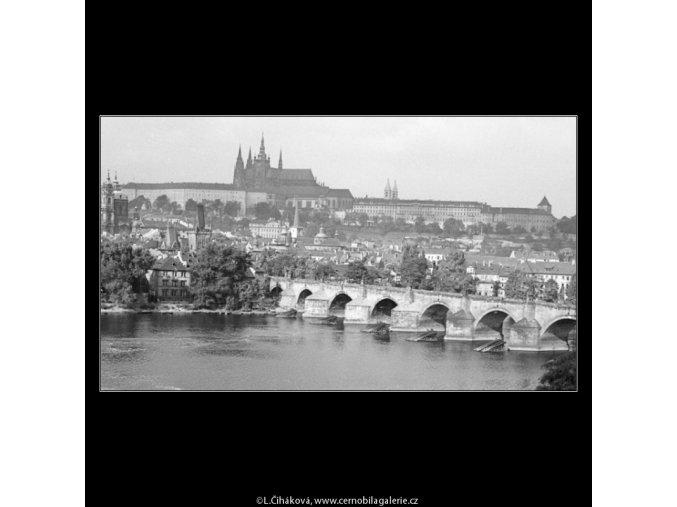 Pohled na Karlův most a Hradčany (1315-2), Praha 1961 léto, černobílý obraz, stará fotografie, prodej