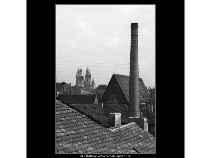 Střechy a komíny (1315-4), Praha 1961 léto, černobílý obraz, stará fotografie, prodej