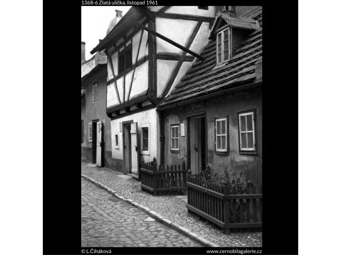 Zlatá ulička (1368-6), Praha 1961 listopad, černobílý obraz, stará fotografie, prodej