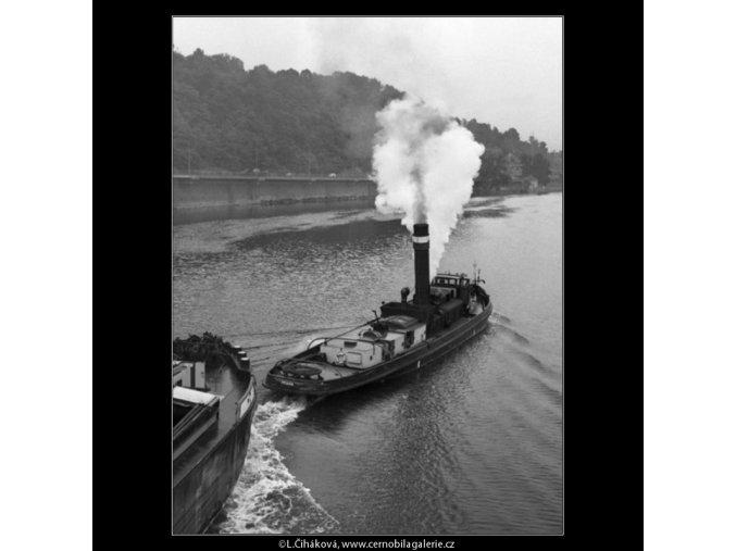 Kouřící remorkér (1403-2), žánry - Praha 1961 , černobílý obraz, stará fotografie, prodej