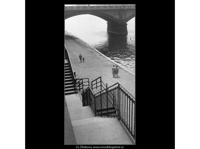 Pod mostem (1409-2), Praha 1961 , černobílý obraz, stará fotografie, prodej