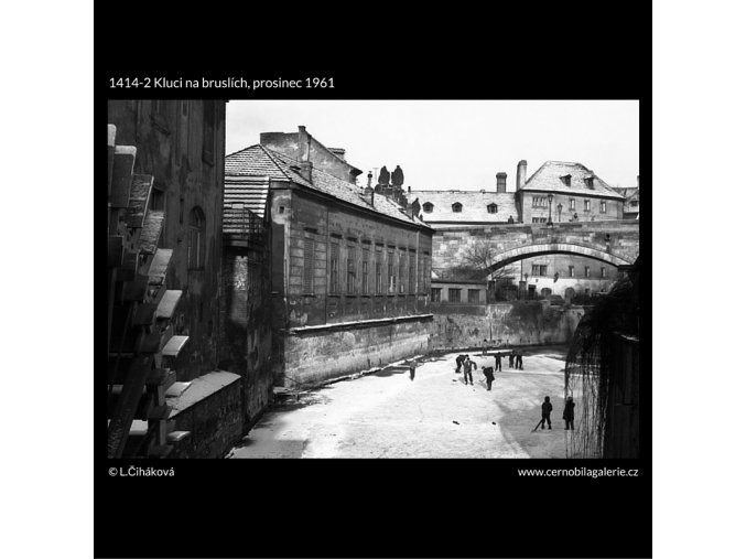 Kluci na bruslích (1414-2), žánry - Praha 1961 prosinec, černobílý obraz, stará fotografie, prodej