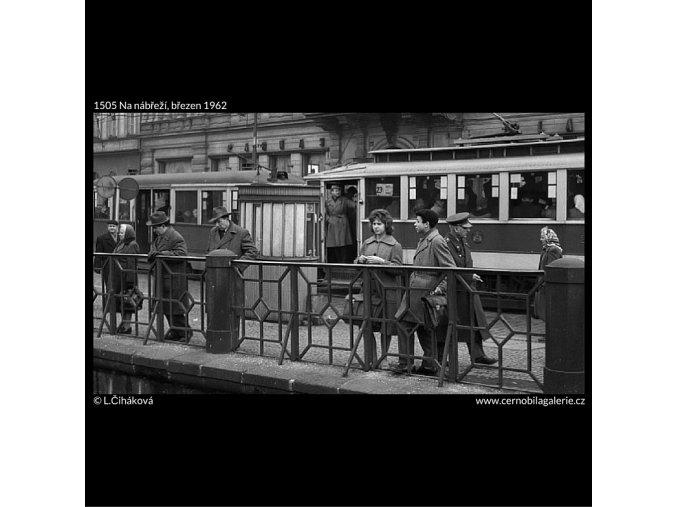 Na nábřeží (1505), Praha 1962 březen, černobílý obraz, stará fotografie, prodej