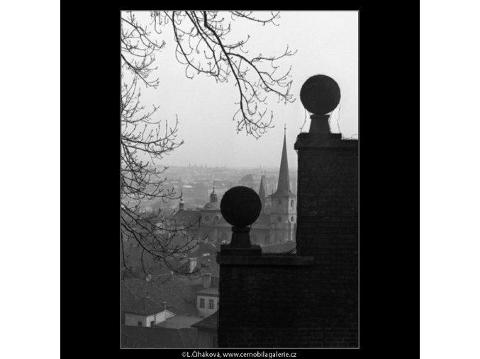 Koule na zídce (1547-4), Praha 1962 duben, černobílý obraz, stará fotografie, prodej