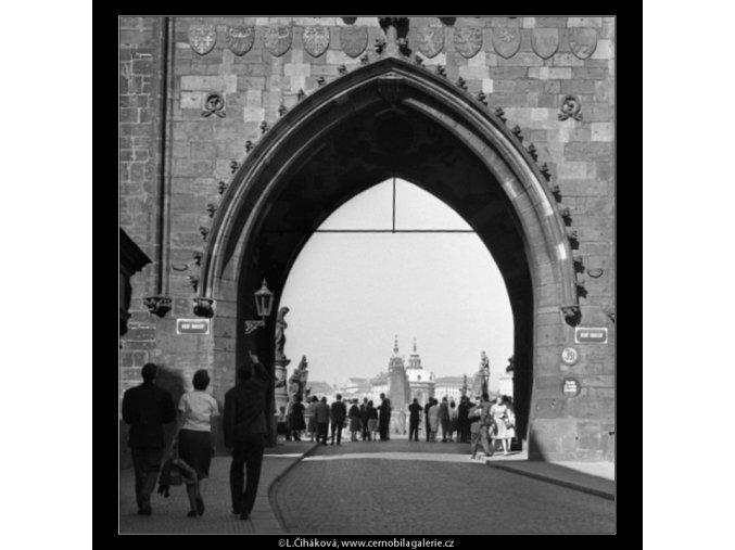 Průhled mosteckou věží (1564), Praha 1962 duben, černobílý obraz, stará fotografie, prodej
