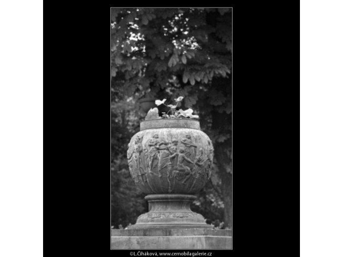 Ozdobná váza (1590-2), Praha 1962 květen, černobílý obraz, stará fotografie, prodej