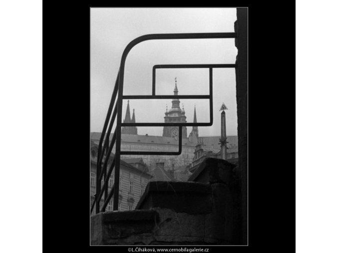 Hrad skrz zábradlí (1597), Praha 1962 duben, černobílý obraz, stará fotografie, prodej