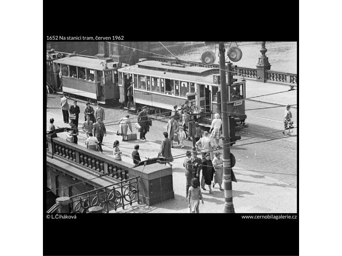 Na stanici tram (1652), Praha 1962 červen, černobílý obraz, stará fotografie, prodej