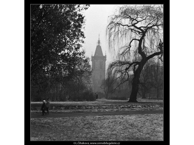 Park a věž radnice (1418-1), žánry - Praha 1962 leden, černobílý obraz, stará fotografie, prodej