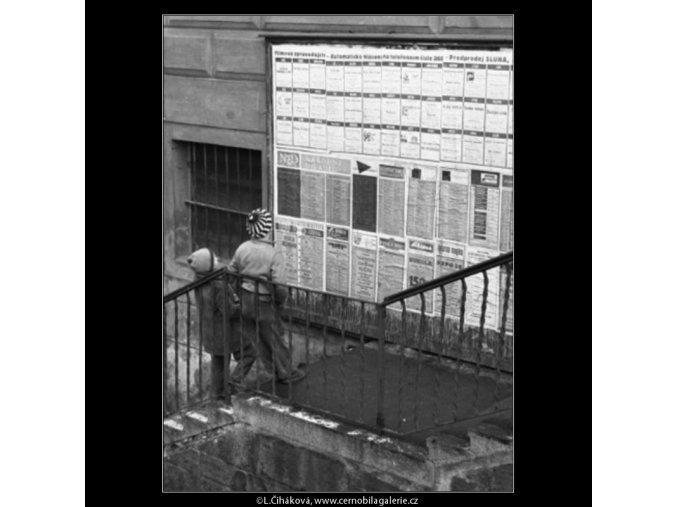 Kluci před plakáty (1465), žánry - Praha 1962 únor, černobílý obraz, stará fotografie, prodej