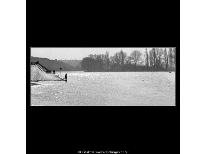 Zalitá náplavka (1521-2), žánry - Praha 1962 březen, černobílý obraz, stará fotografie, prodej