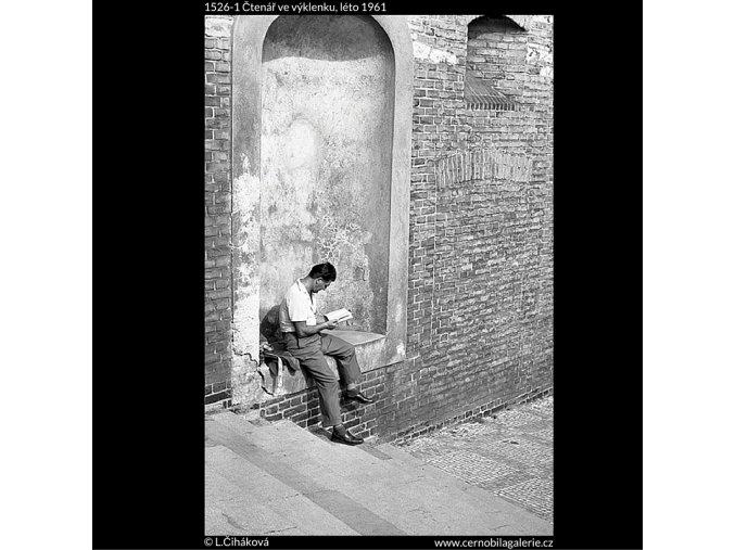 Čtenář ve výklenku (1526-1), žánry - Praha 1961 léto, černobílý obraz, stará fotografie, prodej