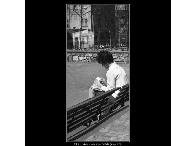 Dívka na lavičce (1559), žánry - Praha 1962 duben, černobílý obraz, stará fotografie, prodej