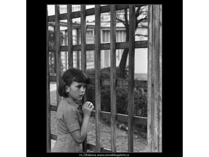 Děvčátko u mříže (1604), žánry - Praha 1962 květen, černobílý obraz, stará fotografie, prodej