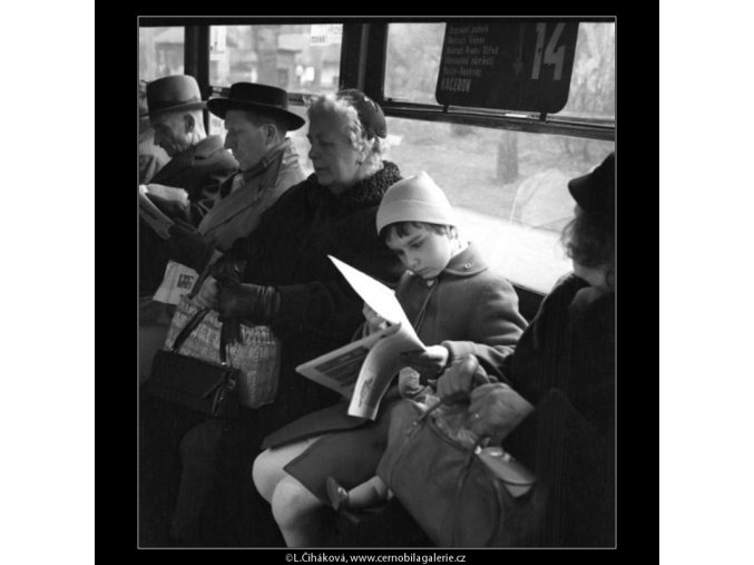 V tramvaji č.14 (1613-1), žánry - Praha 1962 duben, černobílý obraz, stará fotografie, prodej