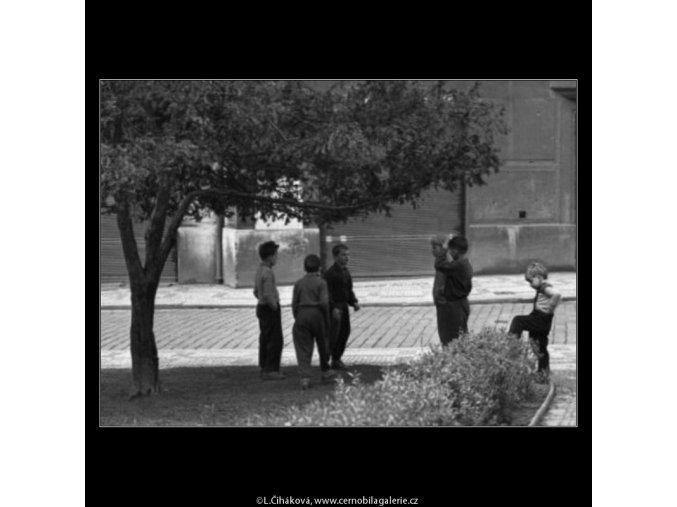 Kluci (1633-2), žánry - Praha 1962 květen, černobílý obraz, stará fotografie, prodej