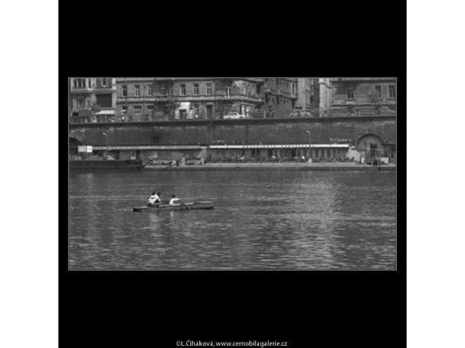 Loďka na Vltavě (1634-1), žánry - Praha 1962 květen, černobílý obraz, stará fotografie, prodej