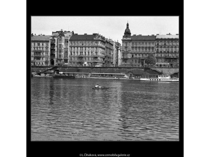 Loďka na Vltavě (1634-2), žánry - Praha 1962 květen, černobílý obraz, stará fotografie, prodej