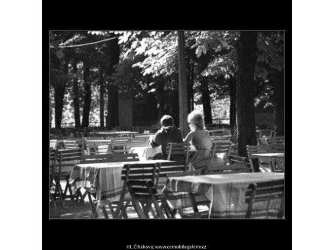 V zahradní restauraci (1664), žánry - Praha 1962 červen, černobílý obraz, stará fotografie, prodej