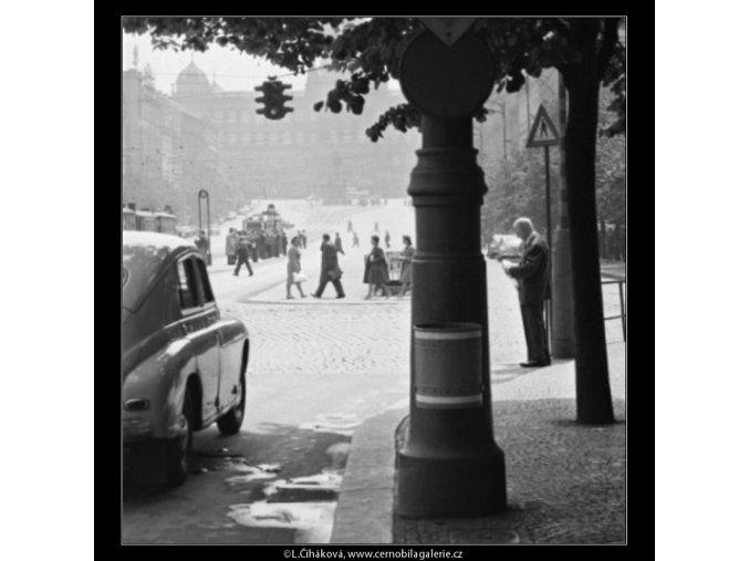 Uprostřed náměstí (1683), žánry - Praha 1962 červenec, černobílý obraz, stará fotografie, prodej