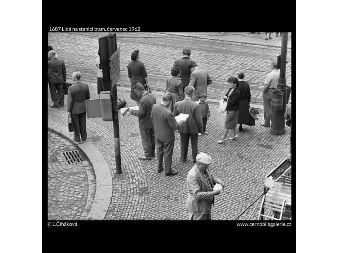 Lidé na stanici tram (1687), žánry - Praha 1962 červenec, černobílý obraz, stará fotografie, prodej
