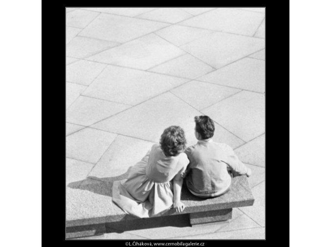 Pár na lavičce (1691), žánry - Praha 1962 červenec, černobílý obraz, stará fotografie, prodej