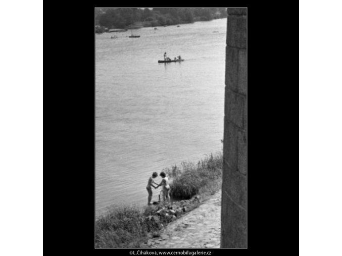 Dvě dívky na břehu (1716-1), žánry - Praha 1962 červenec, černobílý obraz, stará fotografie, prodej