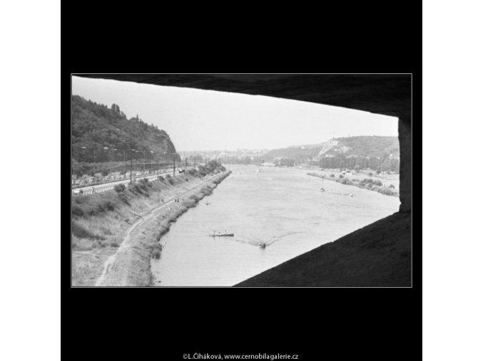 Vltava obloukem mostu (1716-2), žánry - Praha 1962 červenec, černobílý obraz, stará fotografie, prodej