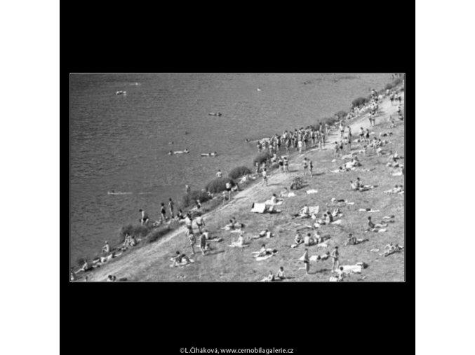 Lidé na břehu (1716-5), žánry - Praha 1962 červenec, černobílý obraz, stará fotografie, prodej