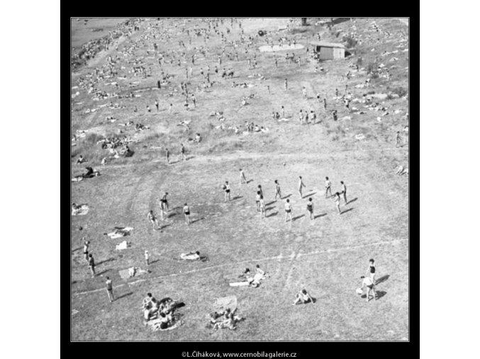 Lidé na břehu (1716-7), žánry - Praha 1962 červenec, černobílý obraz, stará fotografie, prodej