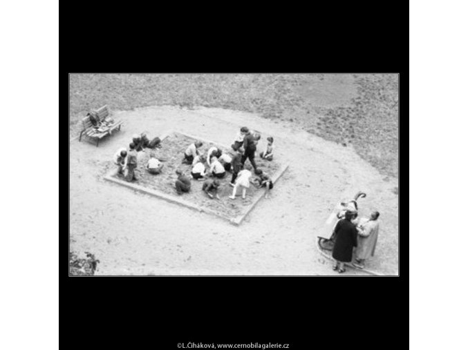Děti na písku (1841-1), žánry - Praha 1962 září, černobílý obraz, stará fotografie, prodej